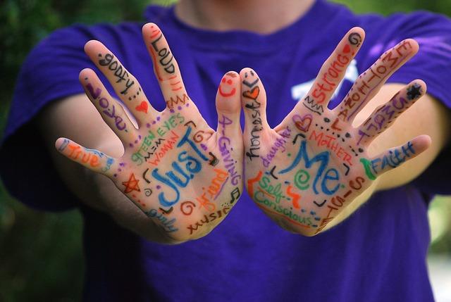 手相占いは無意味?本来、右手と左手が意味するものとは?
